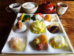 ③昼食:野菜料理田の花 または 肉工房初栄